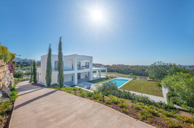 Superb modern villa in La Alquería in Benahavís. Málaga