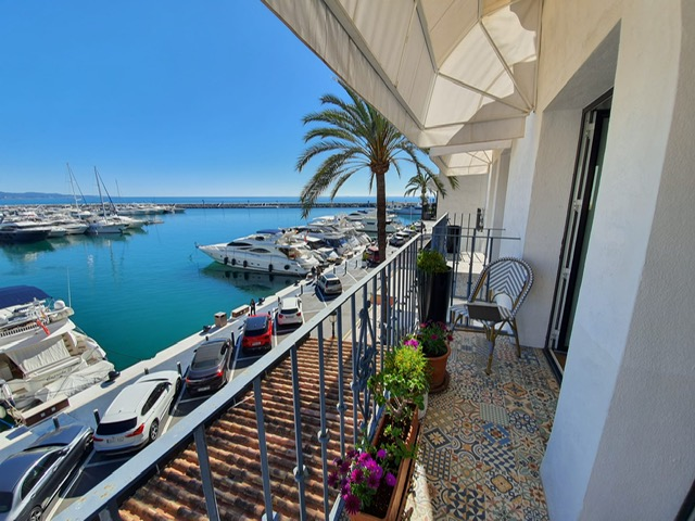 Luxury apartment in first line in Puerto Banus