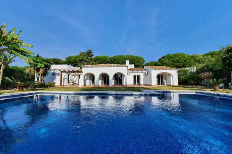 Andalusian villa with a large garden and very close to the sea