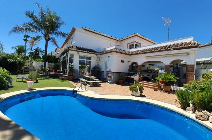 Semidetached house with private pool in gated community
